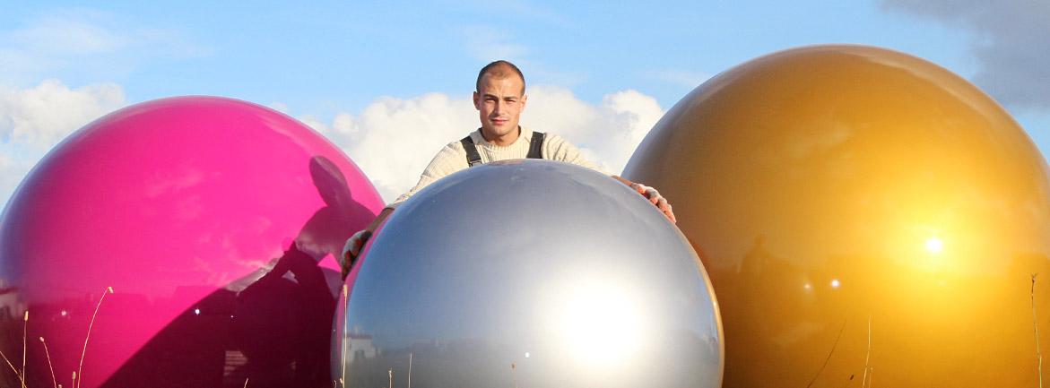 riesige kunststoffkugeln