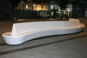 Hochglanzpolierte Sitzbänke