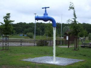 Blauer schwebender Wasserhahn