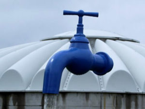 GFK Wasserhahn schwebend