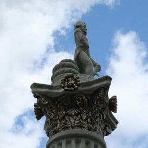 """GFK-""""Steinsäule"""" und Skulptur """"Nelson"""""""