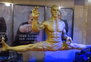 JCVD-Skulptur in Paris