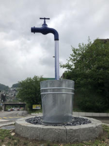Schwebender Wasserhahn im Kreisel
