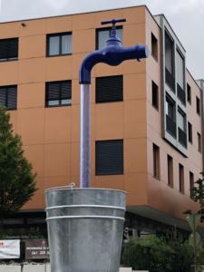 XXL-Wasserhahn in der Luft