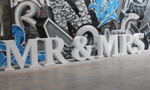 Mr&Mrs-Schriftzug aus Syropor mit Heißdraht geschnitten